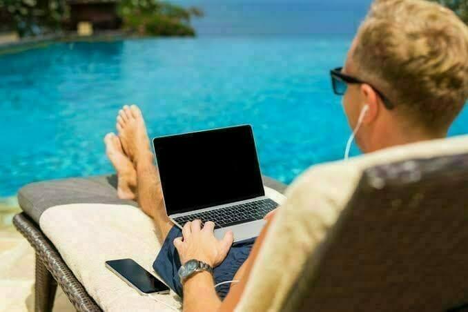 リゾート地で仕事するイメージ