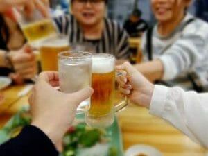 煩わしい飲み会のイメージ