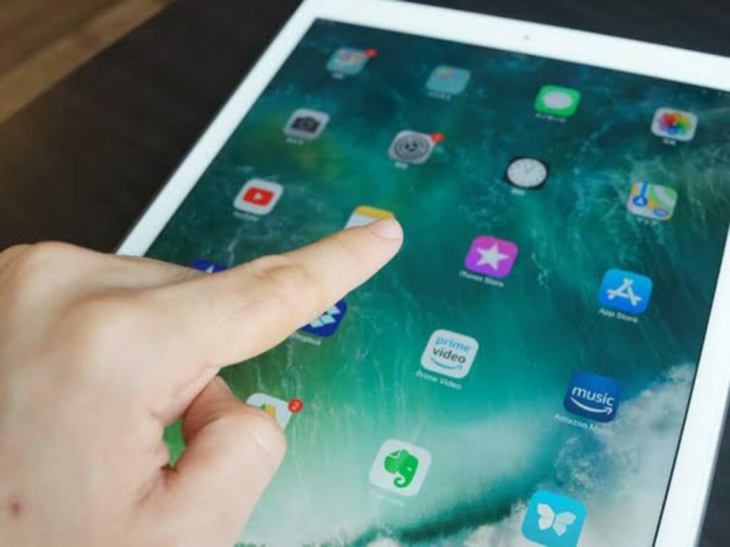 iPadを操作するイメージ