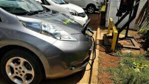 ケニアで充電中の日産リーフ