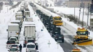大雪で立ち往生するガソリン車
